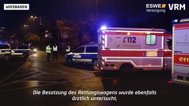 Auto und Krankenwagen kollidieren nahe Brita Arena