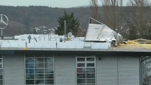 Stundenlange Sperrung: Dach droht auf A 45 zu fliegen