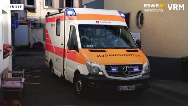 Unfall in Eltville: Frau wird von Auto eingeklemmt