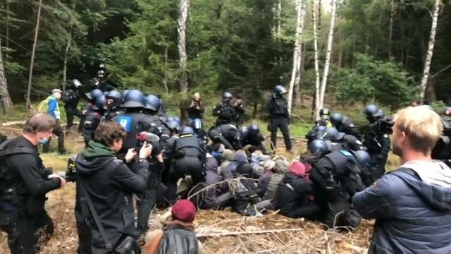 Polizei geht gegen A-49-Gegner im Wald vor